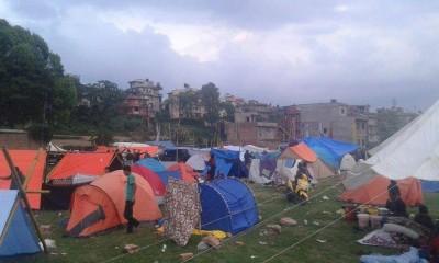 外は雨が降り始めました。(4/27難民キャンプ、