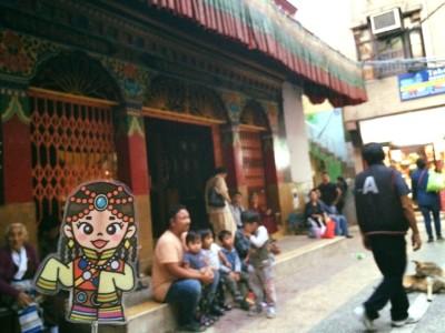 夕暮れ時の寺院では、たくさんの人々が集っていました。