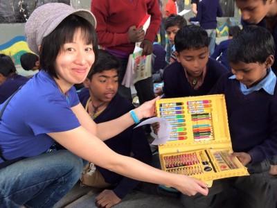 レイチルwebデザイン担当のAkari Tomitaさんのプロジェクト【レインボーペンシルプロジェクト】で集まった、たーくさんの色鉛筆やペン、クレヨンで、みんな楽しく思い思いに仕上げました!