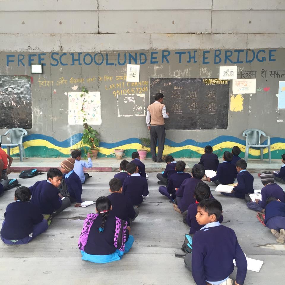 Delhiにある、Yamuna bank駅のメトロ高架下の青空教室を訪問しました。 ここには、現在4〜12歳くらいまでの約220人以上のスラムの男の子と女の子が通い、 算数の基礎、読み書き、科学、ヒンディー語、サンスクリット語、社会、英語を勉強しています。 授業は、月〜土、9〜11時は男の子、 14〜16時は女の子です。