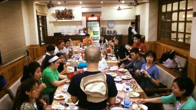 ベジモモやピザの軽食とチャイを楽しみながら 代表石川さんの挨拶。