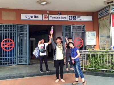 メトロのYamuna bank駅からスタート!