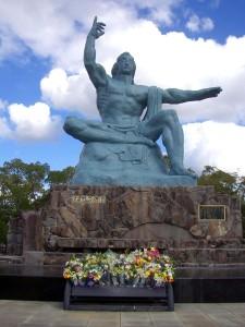 2005-12_jp-nagasaki_06_peace-statue_b